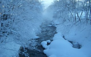 Gebirgsbach im Schnee in Kirchberg in Tirol