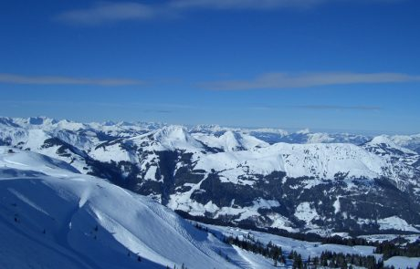 Bergpanorama mit Schnee unter blauem Himmel in Kirchberg in Tirol
