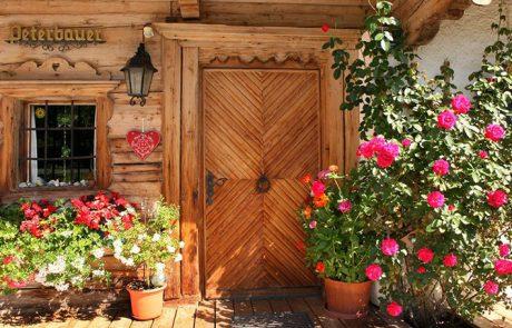 Blumengeschmückter Eingang zum Peternhof