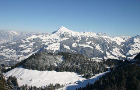 Verschneite Berge und Wälder in Kirchberg in Tirol
