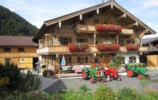 Peternhof Vorderansicht mit Oldtimer-Traktoren in Kirchberg in Tirol