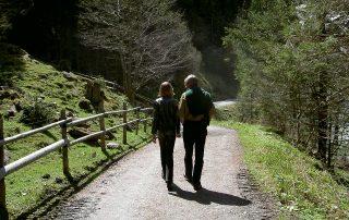 Wanderndes Paar in Kirchberg in Tirol