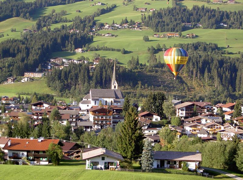 Luftaufnahme von Kirchberg in Tirol mit Heißluftballon