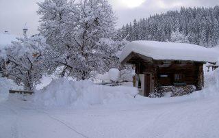 Das Peternhof Brunnenhäuschen im tiefsten Winter in Kirchberg in Tirol