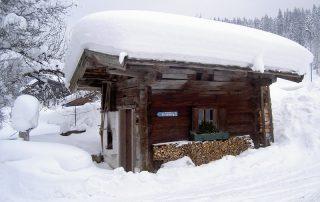 Das Peternhof Brunnenhäuschen mit dicker Schneehaube