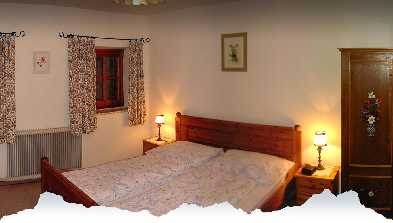 Gästezimmer mit bemaltem Bauernkasten am Peternhof